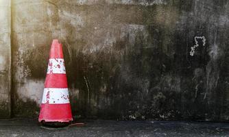 vecchio cono e vecchio sfondo di cemento foto