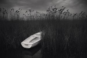 macedonia, lago di ohrid, barca bianca sul fondo del lago foto