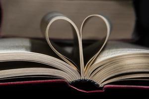 libro aperto su sfondo nero foto