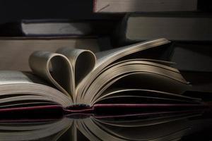 libro aperto a forma di cuore foto