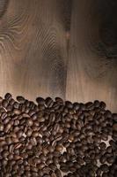 chicchi di caffè su fondo in legno foto