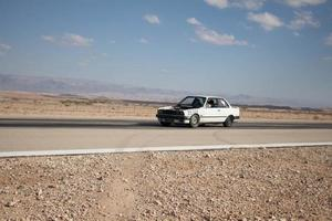 auto in pista e sulle strade del deserto foto