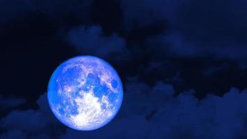 luna blu super fragola e cielo rosso notturno foto