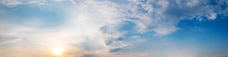 drammatico cielo panoramico con nuvole in tempo crepuscolare. foto