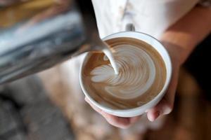 barista che crea caffè latte art. foto
