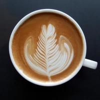 vista dall'alto di una tazza di caffè latte art. foto