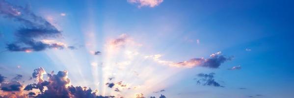 cielo panoramico con nuvole all'alba e al tramonto foto