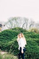 una bella ragazza dai capelli lunghi che cammina in un parco foto