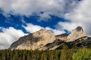 viste delle montagne rocciose dal parco in alberta, canada foto