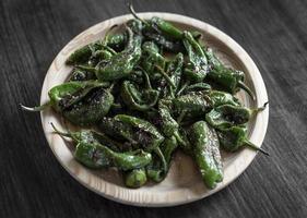 pimientos padron alla griglia spagnolo peperoncino verde tapas snack sulla piastra in rustico ristorante santiago de compostela foto