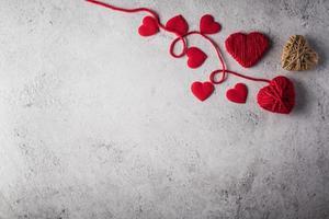 filo rosso a forma di cuore sullo sfondo della parete. foto