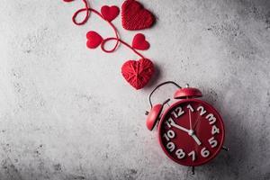 sveglia rossa con cuore rosso, concetto di san valentino. foto