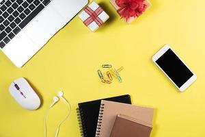 scrivania da ufficio piatta, vista dall'alto. sfondo dell'area di lavoro. foto