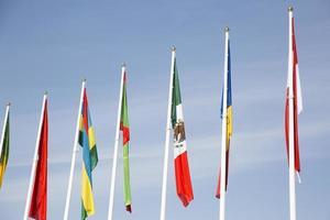 bandiere contro il cielo blu foto