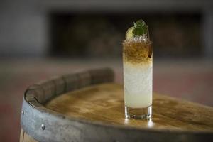 cocktail alcolico su una botte di legno foto