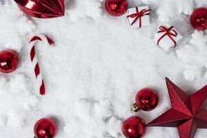 decorazioni natalizie su sfondo di neve con spazio di copia foto