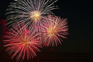 fuochi d'artificio festivi nel cielo per una vacanza foto