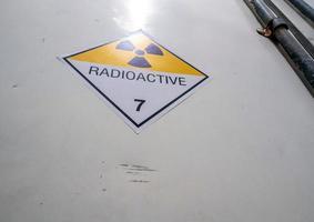 segnale di pericolo radiazioni sull'etichetta di trasporto classe 7 sul contenitore foto