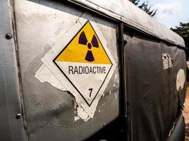 segnale di pericolo di radiazioni sull'etichetta di trasporto sul camion di trasporto foto