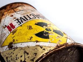 segnale di pericolo di radiazioni sul contenitore di materiale radioattivo arrugginito foto