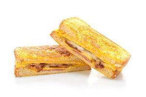 French toast prosciutto, pancetta e panino al formaggio con uova isolate su sfondo bianco foto