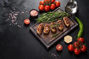 salsiccia alla griglia con aggiunta di erbe e verdure foto
