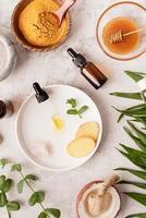 olio, zenzero, menta, sale himalayano e miele dorato in vasetto foto
