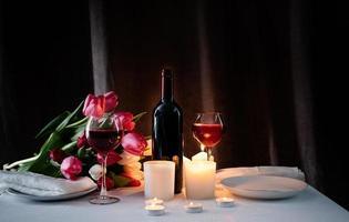 cena romantica a lume di candela per due innamorati, sfondo scuro foto