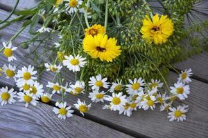 bouquet di fiori su fondo in legno foto