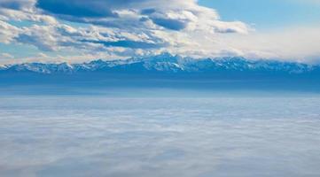 catena montuosa e lago foto