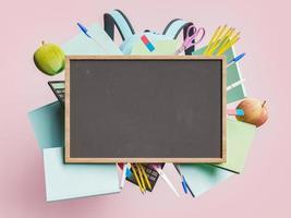 lavagna vuota con materiale scolastico foto