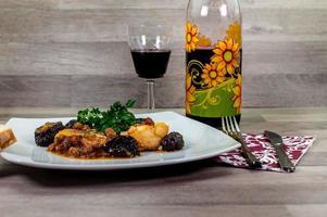 composizione a tavola di un piatto di baccalà in agrodolce foto