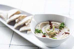 Hummus biologico mediorientale e set di pane pita snack a tel aviv, israele foto