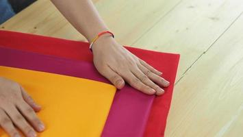 mani di donna e lavoro artigianale foto