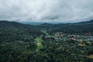 villaggi e campi in montagne verdi foto