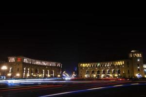 Yerevan di notte. strade serali della capitale dell'Armenia foto