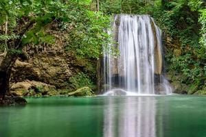 cascata di Erawan, parco nazionale di Erawan a Kanchanaburi, Tailandia foto