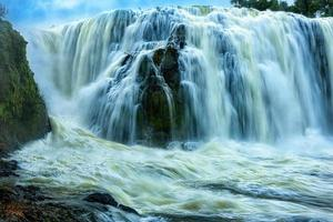 la potente cascata di sae pong lai nel sud del laos. foto