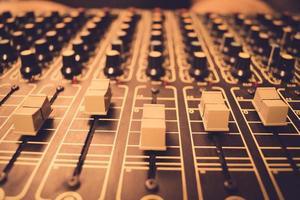 strumento di mixaggio per un tecnico del suono in uno studio di registrazione professionale foto