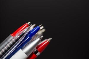 diversi tipi di penne colorate foto