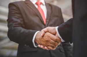 gli uomini d'affari si stringono la mano foto