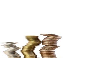 pila di monete isolate su sfondo bianco, con copia spazio foto