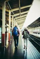 giovane coppia hipster nella stazione ferroviaria. foto