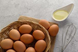 uova e olio per preparare il pasto di cottura foto