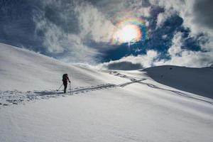 pista da sci randone in salita sulle alpi italiane foto