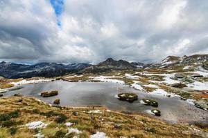 primo freddo d'autunno nel lago alpino foto