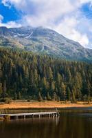 molo sul lago alpino foto