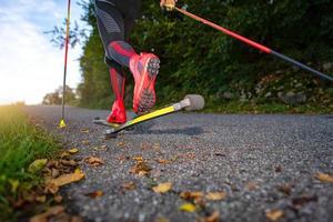 pattini a rotelle su strada asfaltata. foto