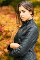 ritratto di bella ragazza con uno sfondo di foglie autunnali foto