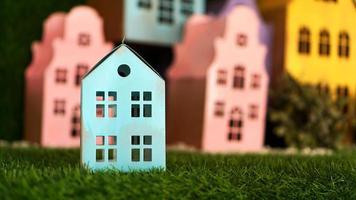 piccole casette di cartone colorate fatte a mano. foto
